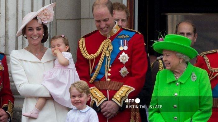 Kate Middleton, Putri Charlotte, Pangeran George, Pangeran William dan Ratu Elizabeth II dari Inggris berdiri di balkon Istana Buckingham untuk menyaksikan pesawat terbang oleh Royal Air Force, di London pada 11 Juni 2016.