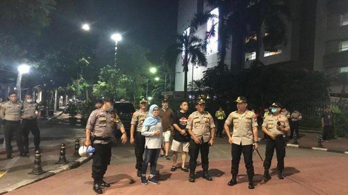 Polisi Bubarkan Anak Muda yang Nongkrong di Blok M: Saya Ingatkan untuk Social Distancing