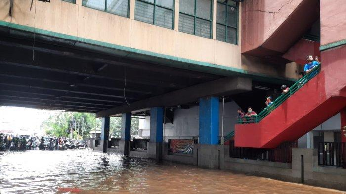 Kawasan Cipulir, Jakarta Selatan, hingga pukul 13.00 WIB masih tergenang air banjir luapan d