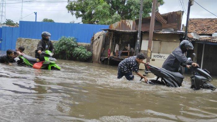 Kawasan Cipulir, Jakarta Selatan, hingga pukul 13.00 WIB masih tergenang air banjir luapan dari Sungai Pesanggarahan Sabtu (20/2/2021).