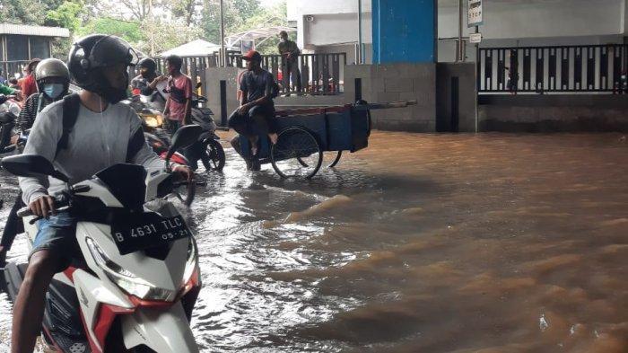 Kawasan Cipulir, Jakarta Selatan, hingga pukul 13.00 WIB masih tergenang air1