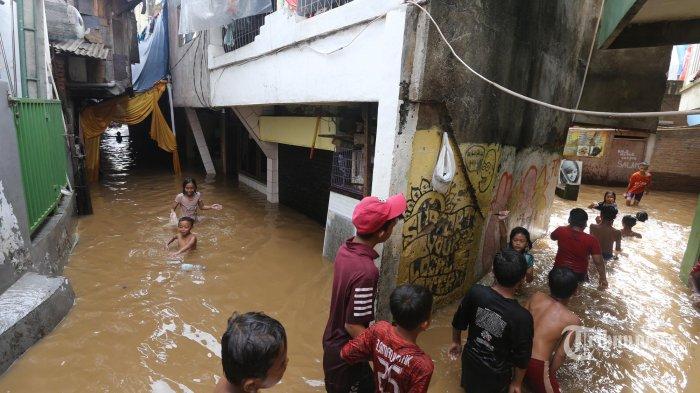 Di Tengah Pandemi Corona, 50 Kepala Keluarga di Jakarta Terpaksa Mengungsi Karena Kebanjiran