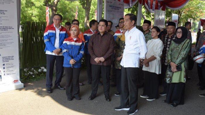 Presiden Jokowi didampingi Direktur Utama Pertamina Nicke Widyawati dan Direktur Utama Tuban Petro meninjau langsung kawasan TPPI yang akan dikembangkan menjadi industri petrokimia nasional di Tuban, Sabtu (21/12/2019)
