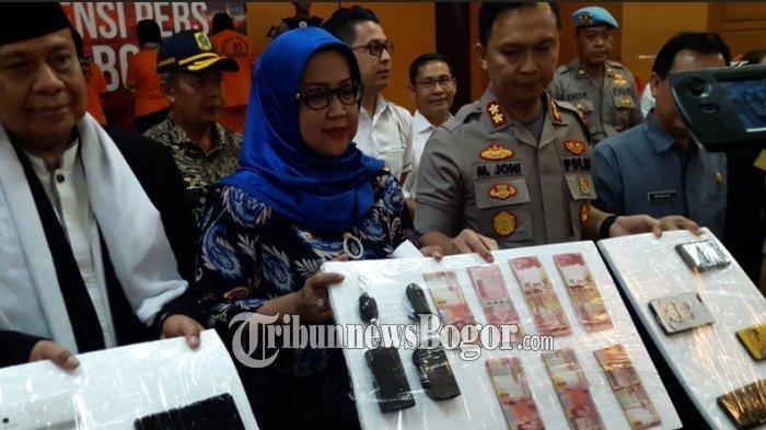 Kapolres Bogor AKBP Muhammad Joni dan Bupati Bogor, Ade Yasin menunjukan barang bukti praktik kawin kontrak di Puncak Bogor.