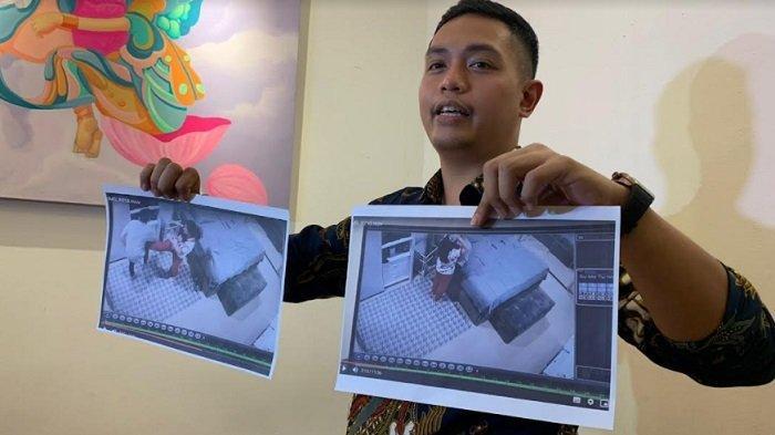 Sebastian Karamoy, kuasa hukum Jonathan Frizzy, saat menunjukkan foto cctv kamar Jonathan Frizzy dan Dhena Devanka di kawasan Antasari Jakarta Selatan, Senin (27/9/2021).