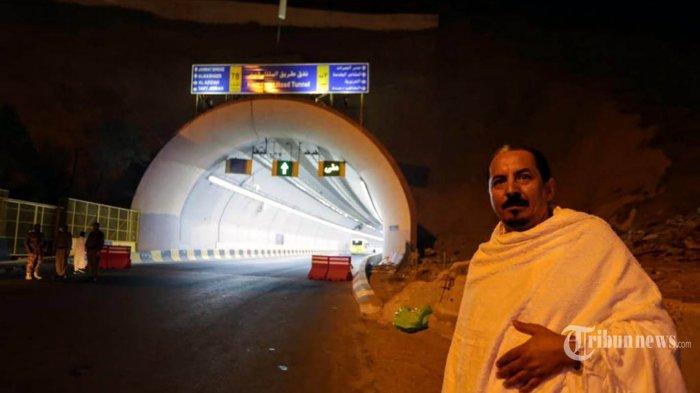 Jamaah Haji berfoto di depan terowongan yang menjadi akses masuk menuju Mina, Jumat (9/8/2019). Penjagaan ke Armuzna diperketat jelang wukuf di Arafah besok. Tribunnews/HO/Bahaudin/MCH2019