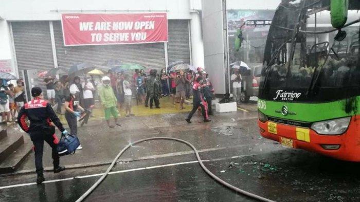 Dua orang tewas dan empat orang mengalami luka dalam insiden kebakaran bus di Kota Quezon, Filipina. Kebakaran tersebut terjadi pada Minggu (3/1/2021).