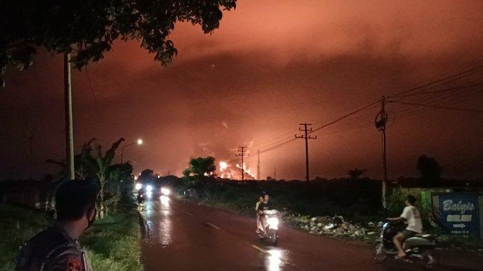 Langit Indramayu menyala merah akibat kebakaran di kilang minyak balongan, Senin (29/3/2021). Warga sekitar merasakan hawa panas.