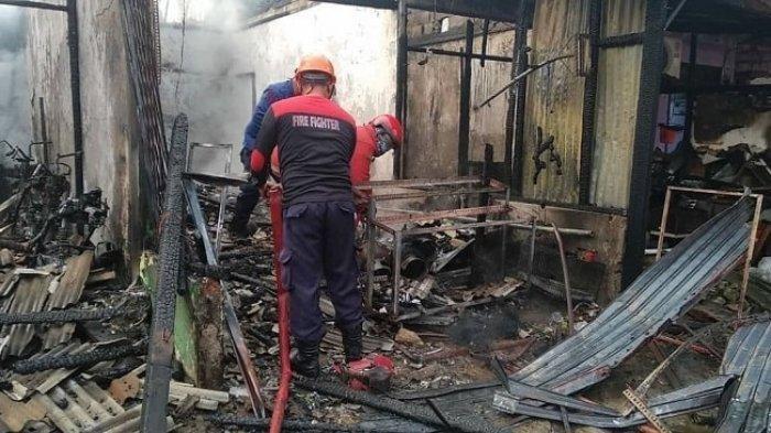 Lima bangunan di Jalan Raya Kemandoran RT 005 RW 022, Kelurahan Pekayon Jaya, Kecamatan Bekasi Selatan, Kota Bekasi hangus dilahap si jago merah, Jumat (24/4/2020) pagi