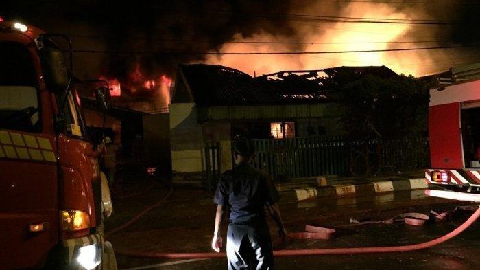 Kebakaran gudang lilin di Jalan Jendral Sudirman, Kota Semarang, Jawa Tengah, Minggu (5/1/2020) dini hari.
