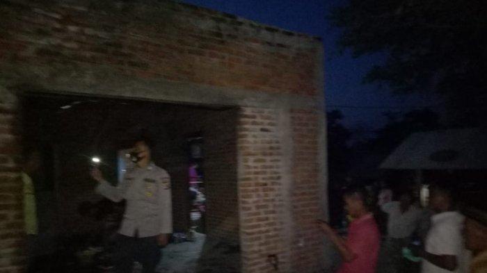 TERBAKAR: Petugas mengecek kondisi rumah Jumar yang terbakar di Desa Pengengat, Pujut, Lombok Tengah, Minggu (23/5/2021). (Dok. Polres Loteng)