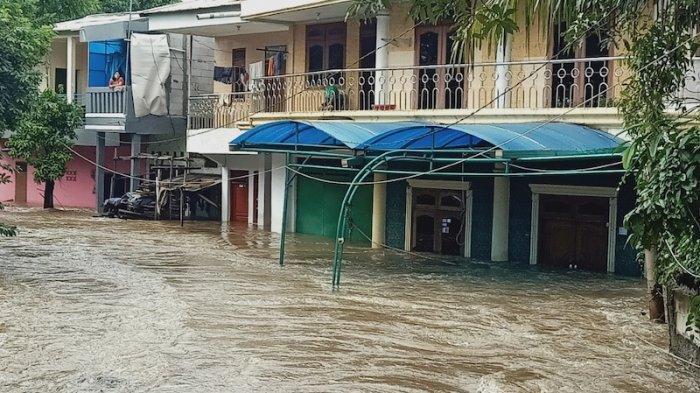Kisah Korban Banjir Jabodetabek Minta Tolong Lewat Medsos: Terjebak hingga Tetangga Alami Kontraksi
