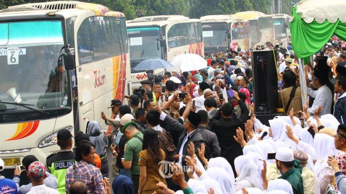 PEMBERANGKATAN CJH - Keluarga dan pengantar melambaikan tangan pada Calon Jamaah Haji (CJH) saat pemberangkatan di Lapangan Rampal, Kota Malang, Selasa (8/8/2017). Sebanyak 1.315 CJH Kota Malang diberangkatkan ke Asrama Haji Surabaya sebelum bertolak ke tanah suci untuk menjalankan rukun Islam ke lima. SURYA/HAYU YUDHA PRABOWO