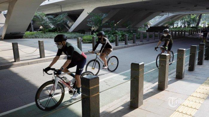 Pesepeda melintas di jalur khusus sepeda di Jalan Sudirman Jakarta, Sabtu (5/6/2021). Pemprov DKI Jakarta mengeluarkan kebijakan istimewa untuk pesepeda road bike seperti membolehkan melintasi JLNT diakhir pekan dan  road bike dapat melintas pada jalur kendaraan bermotor di luar jalur sepeda yang telah tersedia Jalan Sudirman-Thamrin pada Senin-Jumat, mulai pukul 05.00-06.30 WIB. TRIBUNNEWS/ HERUDIN