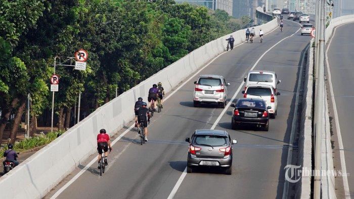 Pesepeda road bike melintas di jalan layang non tol (JLNT) Kampung Melayu-Tanah Abang, Sabtu (5/6/2021).