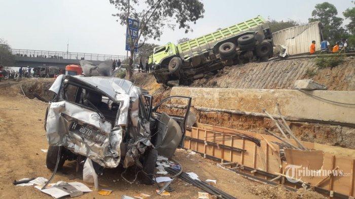 FOTO FOTO - Kecelakaan Maut di KM 91 Tol Cipularang, 4 Mobil Hangus 9 Orang Tewas 21 Mobil Rusak