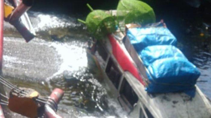 Kecelakaan beruntun terjadi di jalan raya Padang-Bukittinggi di depan air terjun Lembah Anai, Rabu (30/12/2020)(Foto: Screenshoot FB)