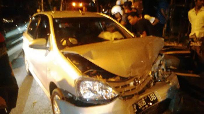 Tabrakan Beruntun, Tiga Mobil Ringsek di Jalan Hang Tuah Denpasar
