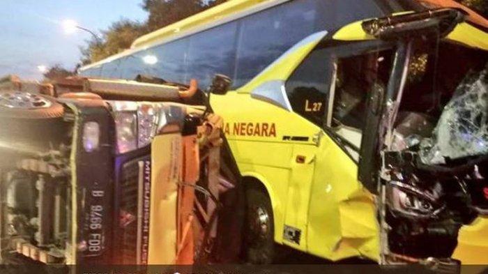2 Orang Terluka Imbas Bus Tabrak Truk Beras di Tol JORR