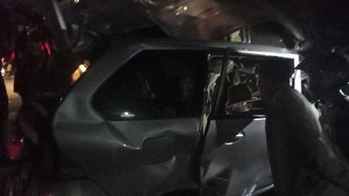Warga mengerumuni mobil Avanza BK 1697 QV yang rusak parah usai tabrakan dengan Bus Intra di jalan lintas Tebingtinggi-Siantar, tepatnya Desa Pabatu, Kecamatan Tebingtinggi, Kabupaten Serdangbedagai, Minggu (21/1/2021) malam.