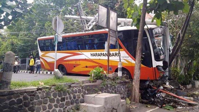 Rem Blong, Bus Harapan Baru Tabrak Angkot, Motor, dan Baru Berhenti Setelah Tabrak Tiang Listrik