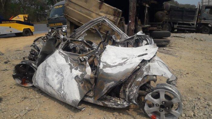 Situasi terkini lokasi kecelakaan beruntun di Tol Cipulang KM 91, Purwakarta, Jawa Barat, arah Bandung ke Jakarta, Senin (2/9/2019). Tampak mobil hangus terbakar. (TribunJabar/Erry Chandra)