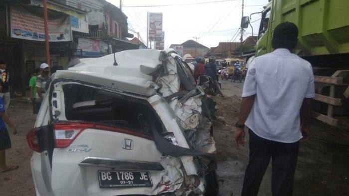 Rem Blong, Truk Muatan Pasir Hantam Mobil hingga Ringsek, Anak dan Istri Pengemudi Mobil Trauma