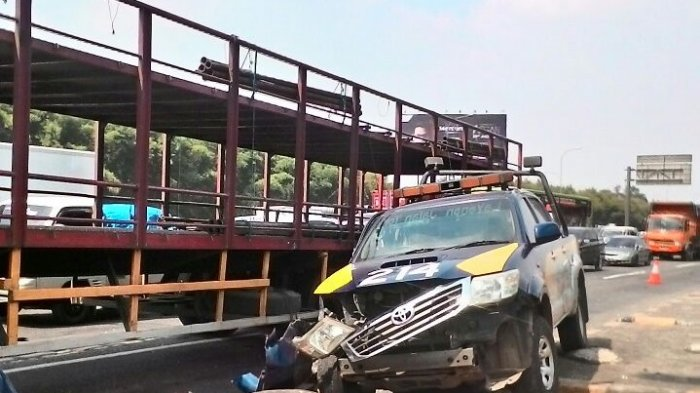 Kecelakaan Beruntun Libatkan Truk Fuso Pengangkut Motor dan Toyota Dyna di Km 29 Tol Cikampek