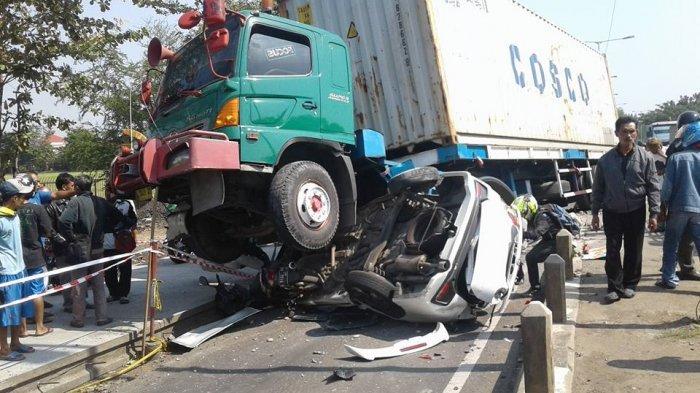 Kecelakaan Mengerikan di Semarang, Truk Besar Itu Nangkring Menggencet Mobilio