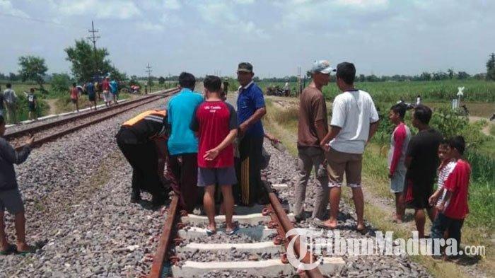 Becak Hancur Diseruduk Kereta Api dan Terseret 25 Meter, Pria di Lamongan ini Hanya Alami Lecet