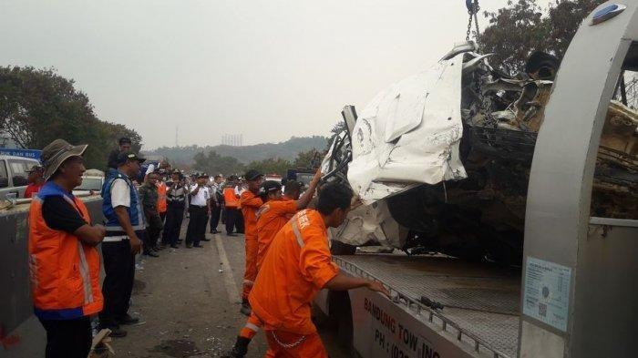 Suasana petugas derek mengatur posisi mobil yang terlibat kecelakaan maut di Tol Cipularang, Purwakarta, Senin (9/2/2019)