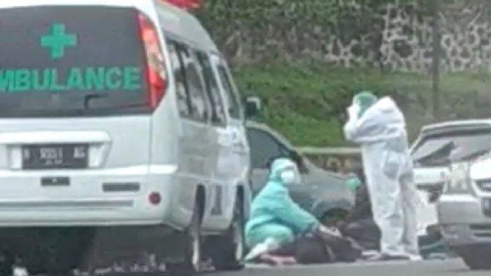 Boncengan Tiga dan Diduga Mabuk, Pria Tabrak Ambulans Pengangkut Jenazah Pasien Covid-19