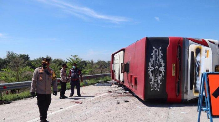 Kecelakaan maut terjadi di Tol Pemalang-Batang, persisnya di jalur A KM 308 Desa Saradan Kecamatan Pemalang. Sebuah bus PO. Sudiro Tungga Jaya menabrak truk boks, Minggu (11/7/2021) siang.