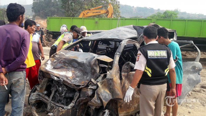 Petugas mengevakuasi kendaraan dan korban kecelakaan beruntun maut di Tol Cipularang KM 92, Purwakarta, Jabar, Senin (2/9/2019). Sebanyak 20 mobil terlibat dalam kecelakaan beruntun yang menelan korban jiwa 9 orang tersebut.