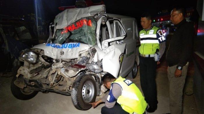 Petugas kepolisian mengecek kondisi mobil ambulans yang ringsek usai menabrak truk di Ruas Tol Pejagan-Pemalang Km 300+400 Kabupaten Tegal, Kamis (19/9/2019) petang.