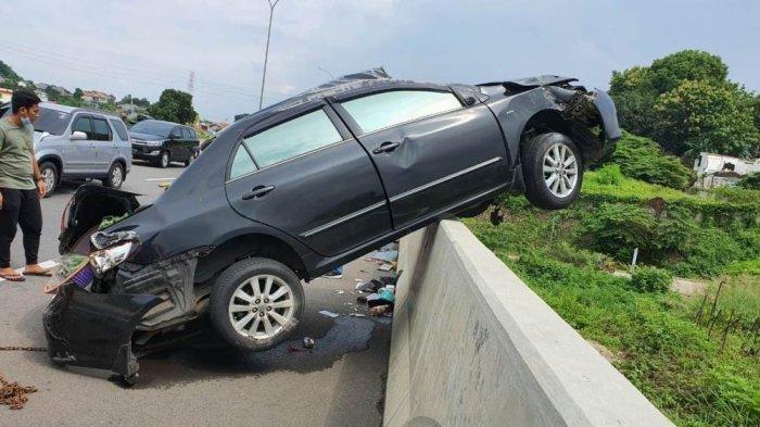 Kecelakaan di Tol Semarang, Sedan Altis Sampai Naik ke Atas Dinding Median Pinggir Jalan