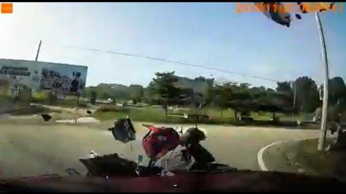 VIRAL Video Kecelakaan, Pengendara Motor Terpental 3 Meter dan Kendaraan Hancur Berkeping-keping