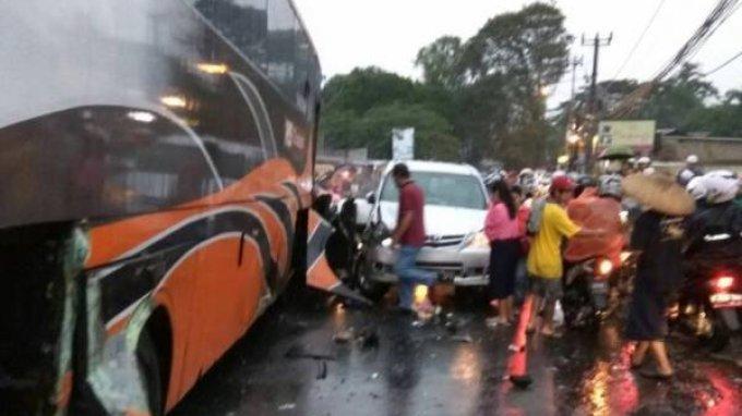 Bangkai Mobil Tabrakan Beruntun di Jalur Puncak Baru Sebagian Dievakuasi