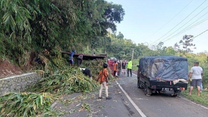 Kecelakaan Tunggal di Tanjakan Cae, Truk Pengangkut Daun Jagung Terguling, Mesin Tiba-tiba Mati