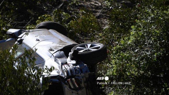 Kendaraan yang dikemudikan oleh pegolf Tiger Woods berbaring miring di Rancho Palos Verdes, California, pada 23 Februari 2021, setelah kecelakaan terguling. Pegolf AS Tiger Woods dirawat di rumah sakit Selasa setelah kecelakaan mobil di mana kendaraannya mengalami