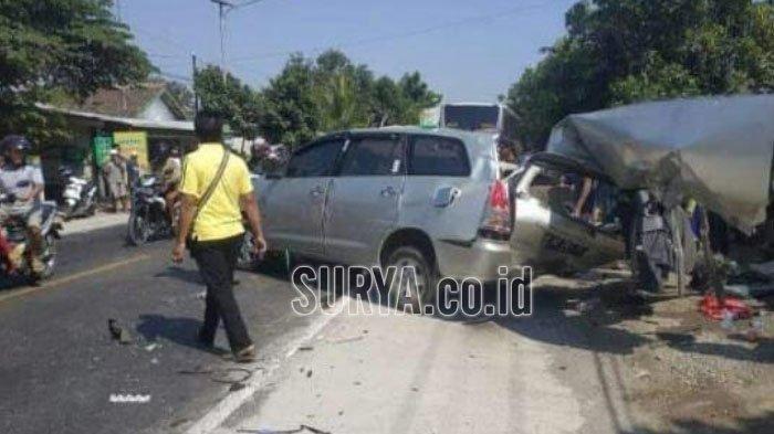 Mobil Innova rusak parah setelah terlibat kecelakaan dengan bus Mira di Nganjuk, Senin (9/9/2019).