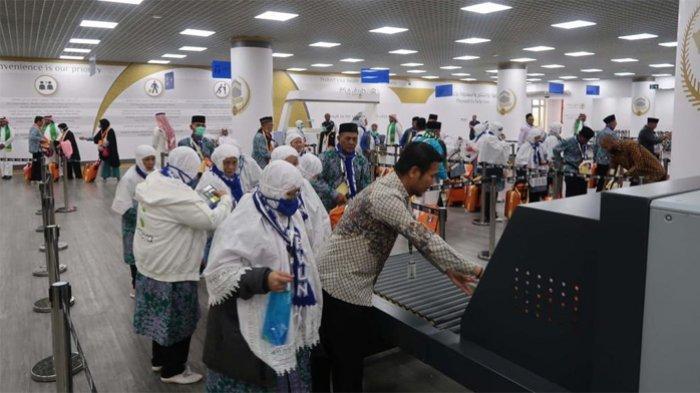Kedatangan jamaah haji Indonesia di Gate Road Makkah Bandara Prince Mohammad Abdulaziz International Airport, Madinah, Senin (8/7/2019). Ini merupakan kedatangan pertama dengan menggunakan layanan fasttrack, yang hanya membutuhkan waktu 15 menit dari turun pesawat sampai jamaah menaiki bus.