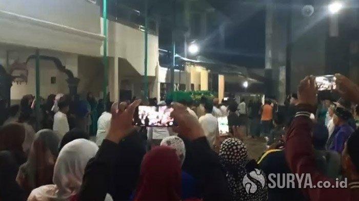 Kedatangan jenazah Wakil Wali Kota Kediri, Lilik Muhibbah disambut haru ribuan pelayat yang memenuhi rumah duka, Sabtu (15/2/2020) malam.