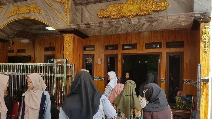 Kediaman almarhum Bripka Rahmat Efendy ramai didatangi pelayat, Jumat (26/7/2019).
