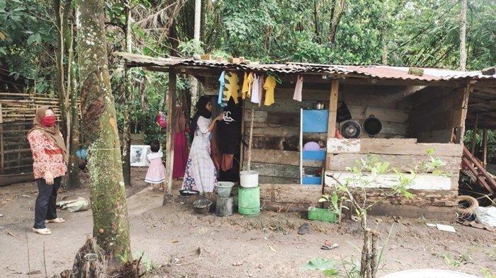 Ibu dan 5 Anak Tinggal di Bekas Kandang Sapi, Suami Pertama Meninggal, Suami Kedua Temperamen
