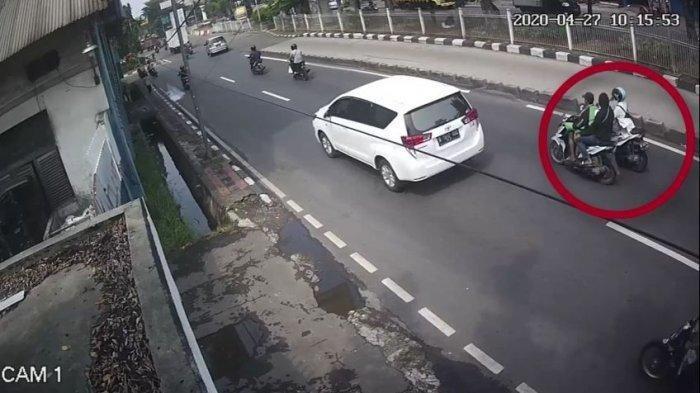 Kedua penjambret saat memepet motor korbannya di di Jalan Roa Malaka, Tambora, Jakarta Barat terekam CCTV.