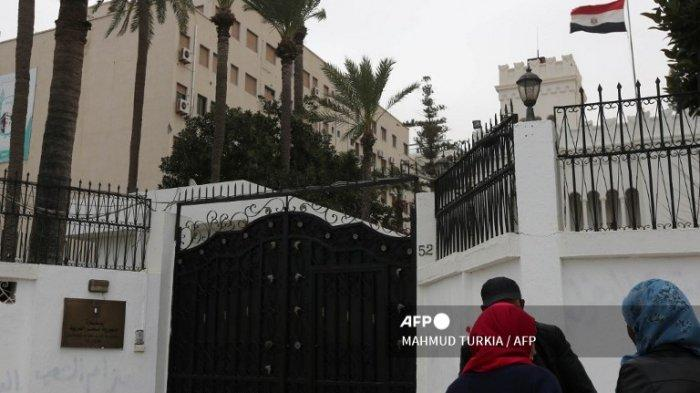 Para wanita berbicara dengan polisi pada 25 Januari 2014 di depan kedutaan Mesir. Terbaru, Mesir akan Buka Kembali Keduataan Besar di Libya yang Ditutup Sejak 2014