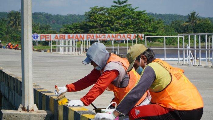 Tingkatkan Perekonomian Warga Sekitar, Ditjen Hubla Gelar Padat Karya di Pelabuhan Pangandaran