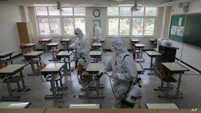 Kegiatan penyemprotan disinfektan di sebuah sekolah di Korea Selatan.