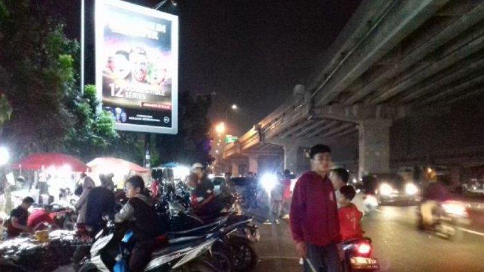 Kehadiran Pasar Kaget Di Sumberarta Menghambat Arus Lalu Lintas di Jalan Kalimalang